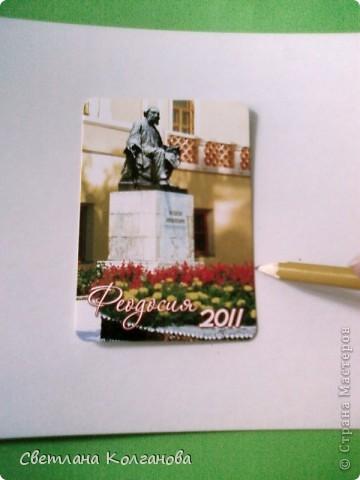 """Как вы думаете из чего сделаны эти магниты? Из...календариков! Это простая идея пришла мне в голову еще прошлым летом, когда я начала делать сувениры. Я знаю, что магниты пользуются большим спросом у туристов, но сделать магниты только из ракушек мне показалось недостаточным. Увидела в магазине календарики с крымскими пейзажами и подумала: """"Это то, что надо отдыхающим!"""". Прелесть вся в том, что себестоимость такого магнита в итоге получается небольшой - 1,20 - 1,30 грн., а значит и продавать его можно тоже недорого!    фото 3"""