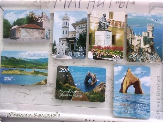 """Как вы думаете из чего сделаны эти магниты? Из...календариков! Это простая идея пришла мне в голову еще прошлым летом, когда я начала делать сувениры. Я знаю, что магниты пользуются большим спросом у туристов, но сделать магниты только из ракушек мне показалось недостаточным. Увидела в магазине календарики с крымскими пейзажами и подумала: """"Это то, что надо отдыхающим!"""". Прелесть вся в том, что себестоимость такого магнита в итоге получается небольшой - 1,20 - 1,30 грн., а значит и продавать его можно тоже недорого!    фото 6"""