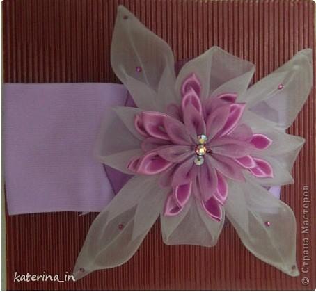 Вот такую повязку канзаши я сделала для своей маленькой дочки.Цветок состоит из атласных и капроновых лент. фото 1
