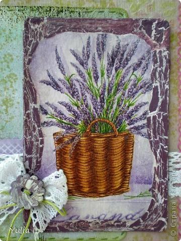 Сегодня я к вам с комплектом в духе французского Прованса.  Прованс – это уютный, чуть наивный стиль в духе французской деревни с цветом лаванды, домашних сливок, ярко-голубого неба, зеленых лугов и ласкового солнца. Началось все с открытки, с которой хочу поучаствовать в задании от блога IDEA-SIB http://idea-sib.blogspot.com/2011/09/22.html  В открытке присутствует кружево, поэтому попытаю счастья в экспресс-задании от Хомячок Challenge http://homyachok-scrap-challenge.blogspot.com/2011/09/blog-post_23.html Дальше - больше, захотелось продолжить, уж очень нравится мне эта цветовая гамма и стиль французского кантри, поэтому получилось лавандово-кружевное трио. фото 3