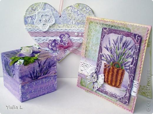 Сегодня я к вам с комплектом в духе французского Прованса.  Прованс – это уютный, чуть наивный стиль в духе французской деревни с цветом лаванды, домашних сливок, ярко-голубого неба, зеленых лугов и ласкового солнца. Началось все с открытки, с которой хочу поучаствовать в задании от блога IDEA-SIB http://idea-sib.blogspot.com/2011/09/22.html  В открытке присутствует кружево, поэтому попытаю счастья в экспресс-задании от Хомячок Challenge http://homyachok-scrap-challenge.blogspot.com/2011/09/blog-post_23.html Дальше - больше, захотелось продолжить, уж очень нравится мне эта цветовая гамма и стиль французского кантри, поэтому получилось лавандово-кружевное трио. фото 1
