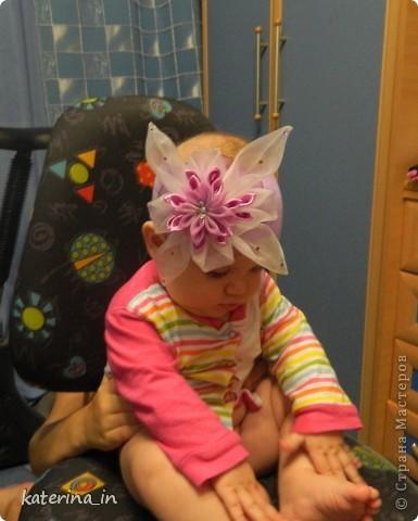 Вот такую повязку канзаши я сделала для своей маленькой дочки.Цветок состоит из атласных и капроновых лент. фото 3