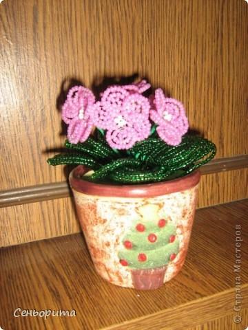 Фиалка из бисера для мамы. фото 7