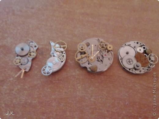 Сделала 4 кулончика из шестерёнок от часов  в стиле стимпанк. Это со вспышкой. фото 2