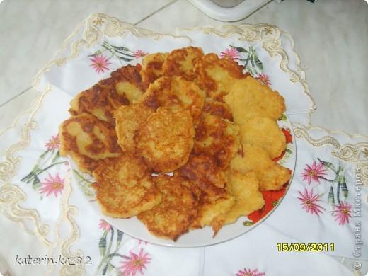 Оладьи из яблок.....    2 крупных зеленых яблока    1 ч. л. лимонного сока     1 яйцо      1 ст. ложка сметаны     1 ст. ложка сахарной пудры     3-4 ст. ложки муки    Яблоки очищаем от кожуры и сердцевины, нарезаем тонкой соломкой или трем на терке, сбрызгиваем лимонным соком. Яйцо, сметануи пудру взбиваем, добавляем к яблокам. Всыпаем муку, перемешиваем. Выпекаем оладьи под крышкой по 2 минуты с каждой стороны. Приятного аппетита !!! фото 1