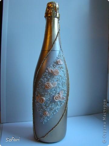 Дорогие мастерицы, благодаоя Вам в моей жизни произошло маленькой чудо. Для меня оно даже не маленькое а огромное. Я сделала свою первую бутылку, с запекаемым пластиком, бисером и хрустальной пастой. Я помню как год назад я смотрела подобные бутылки в свадебном салоне и думала, что такое  никогда не сделать. Оказывается все возможно. Пусть цветочки кривоваты, и дизайн прост, для меня это победа. Спасибо всем кто выкладывает здесь свои мастер классы, описание и просто свои работы. Все это вдохновляет и помогает двигаться дальше.  фото 1