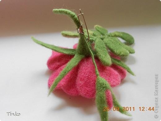 """Брошь """"Шиповник"""". Делала по МК Юлии Казаковой. Это вторая попытка. Первая, орхидея, для брошки оказалась великовата. фото 3"""