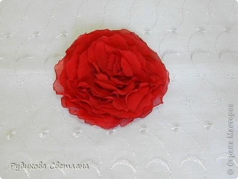 Заколка для волос Красная роза из шифона. фото 1