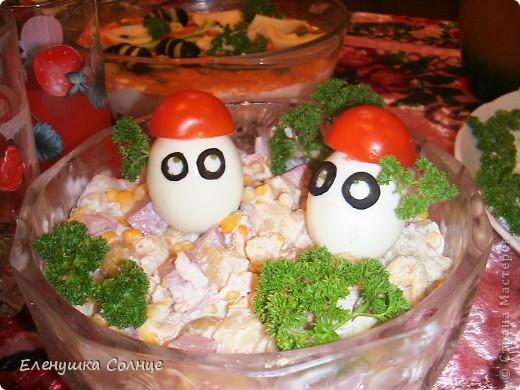 Вкусненько: ветчина, яйца, ананас, кукуруза, лук, сыр, зелень, майонез. фото 1
