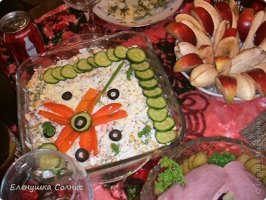 Вкусненько: ветчина, яйца, ананас, кукуруза, лук, сыр, зелень, майонез. фото 5