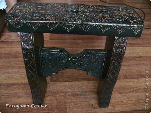 Точечная роспись. Переделываем старую мебель. Это очень кропотливо на таких объемах, но невероятно затягивает. Это моя первая табуреточка в этом стиле. фото 1