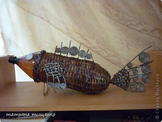 Давно хотела сплести СВОЮ рыбеху . Идею взяла здесь http://stranamasterov.ru/node/229256 но не смогла пластиковую бутылку назад вытащить . Так и ,,красуется,, с бутылкой внутри . фото 1
