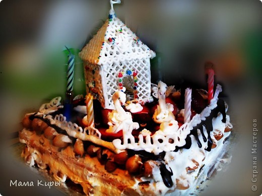 Сладкий домик для моей принцессы))) - домик - айсинг, лебеди(шеи - айсинг, крылья - клубника), сам торт - дамские пальчики, украшение -шоколадная глазурь, кубики из желе, клубника, взбитые сливки, айсинг, поющие свечи)) все hand-made)))) фото 1