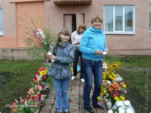 В первые дни сентября нашей семье посчастливилось поучаствовать в городской выставке цветов. А самое главное, было интересно наблюдать за нашим младшим сыном (мы представляли его садик).  фото 8