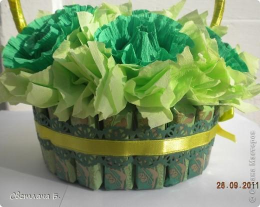 Первый раз сделала букет из конфет. Очень приятное занятие для сладкоежки. Эту корзинку дочка подарит классному руководителю. Цветов и конфет будет много, а такой подарок  2-в-1 единственый. фото 3