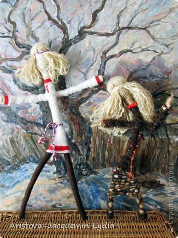"""Куклы-Благодать. Сделаны на березовой рогатине.  Примерная история куклы такова: Куклу Благодать обычно делали в подарок к Рождеству.  Очень оптимистичный вариант обереговой куклы . Кукла делалась на раздвоеной веточке, с руками, поднятыми к небу – чтобы руки никогда не опускались и благодать никогда не покидала. В остальном – это традиционная узелковая кукла, сделаная без шитья, из домашних лоскутков. Дарили ее со словами """"Не грусти, не унывай, руки не опускай"""".   Информация взята здесь http://domnaraduge.com/kukla-blagodat/  фото 7"""