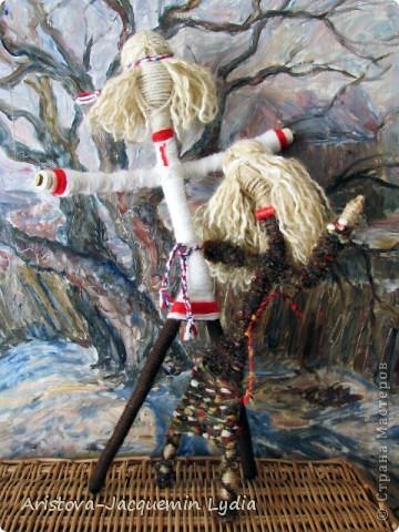 """Куклы-Благодать. Сделаны на березовой рогатине.  Примерная история куклы такова: Куклу Благодать обычно делали в подарок к Рождеству.  Очень оптимистичный вариант обереговой куклы . Кукла делалась на раздвоеной веточке, с руками, поднятыми к небу – чтобы руки никогда не опускались и благодать никогда не покидала. В остальном – это традиционная узелковая кукла, сделаная без шитья, из домашних лоскутков. Дарили ее со словами """"Не грусти, не унывай, руки не опускай"""".   Информация взята здесь http://domnaraduge.com/kukla-blagodat/  фото 8"""
