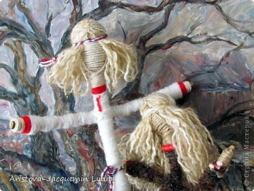 """Куклы-Благодать. Сделаны на березовой рогатине.  Примерная история куклы такова: Куклу Благодать обычно делали в подарок к Рождеству.  Очень оптимистичный вариант обереговой куклы . Кукла делалась на раздвоеной веточке, с руками, поднятыми к небу – чтобы руки никогда не опускались и благодать никогда не покидала. В остальном – это традиционная узелковая кукла, сделаная без шитья, из домашних лоскутков. Дарили ее со словами """"Не грусти, не унывай, руки не опускай"""".   Информация взята здесь http://domnaraduge.com/kukla-blagodat/  фото 10"""