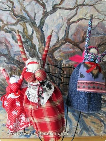 """Куклы-Благодать. Сделаны на березовой рогатине.  Примерная история куклы такова: Куклу Благодать обычно делали в подарок к Рождеству.  Очень оптимистичный вариант обереговой куклы . Кукла делалась на раздвоеной веточке, с руками, поднятыми к небу – чтобы руки никогда не опускались и благодать никогда не покидала. В остальном – это традиционная узелковая кукла, сделаная без шитья, из домашних лоскутков. Дарили ее со словами """"Не грусти, не унывай, руки не опускай"""".   Информация взята здесь http://domnaraduge.com/kukla-blagodat/  фото 1"""