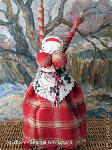 """Куклы-Благодать. Сделаны на березовой рогатине.  Примерная история куклы такова: Куклу Благодать обычно делали в подарок к Рождеству.  Очень оптимистичный вариант обереговой куклы . Кукла делалась на раздвоеной веточке, с руками, поднятыми к небу – чтобы руки никогда не опускались и благодать никогда не покидала. В остальном – это традиционная узелковая кукла, сделаная без шитья, из домашних лоскутков. Дарили ее со словами """"Не грусти, не унывай, руки не опускай"""".   Информация взята здесь http://domnaraduge.com/kukla-blagodat/  фото 2"""