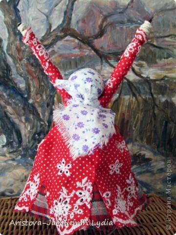 """Куклы-Благодать. Сделаны на березовой рогатине.  Примерная история куклы такова: Куклу Благодать обычно делали в подарок к Рождеству.  Очень оптимистичный вариант обереговой куклы . Кукла делалась на раздвоеной веточке, с руками, поднятыми к небу – чтобы руки никогда не опускались и благодать никогда не покидала. В остальном – это традиционная узелковая кукла, сделаная без шитья, из домашних лоскутков. Дарили ее со словами """"Не грусти, не унывай, руки не опускай"""".   Информация взята здесь http://domnaraduge.com/kukla-blagodat/  фото 4"""
