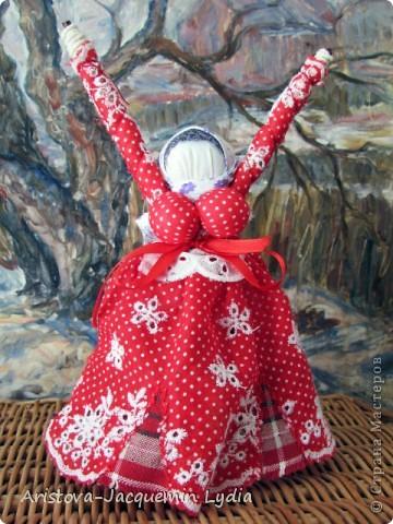 """Куклы-Благодать. Сделаны на березовой рогатине.  Примерная история куклы такова: Куклу Благодать обычно делали в подарок к Рождеству.  Очень оптимистичный вариант обереговой куклы . Кукла делалась на раздвоеной веточке, с руками, поднятыми к небу – чтобы руки никогда не опускались и благодать никогда не покидала. В остальном – это традиционная узелковая кукла, сделаная без шитья, из домашних лоскутков. Дарили ее со словами """"Не грусти, не унывай, руки не опускай"""".   Информация взята здесь http://domnaraduge.com/kukla-blagodat/  фото 3"""