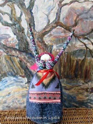 """Куклы-Благодать. Сделаны на березовой рогатине.  Примерная история куклы такова: Куклу Благодать обычно делали в подарок к Рождеству.  Очень оптимистичный вариант обереговой куклы . Кукла делалась на раздвоеной веточке, с руками, поднятыми к небу – чтобы руки никогда не опускались и благодать никогда не покидала. В остальном – это традиционная узелковая кукла, сделаная без шитья, из домашних лоскутков. Дарили ее со словами """"Не грусти, не унывай, руки не опускай"""".   Информация взята здесь http://domnaraduge.com/kukla-blagodat/  фото 5"""