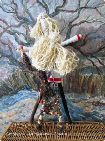 """Куклы-Благодать. Сделаны на березовой рогатине.  Примерная история куклы такова: Куклу Благодать обычно делали в подарок к Рождеству.  Очень оптимистичный вариант обереговой куклы . Кукла делалась на раздвоеной веточке, с руками, поднятыми к небу – чтобы руки никогда не опускались и благодать никогда не покидала. В остальном – это традиционная узелковая кукла, сделаная без шитья, из домашних лоскутков. Дарили ее со словами """"Не грусти, не унывай, руки не опускай"""".   Информация взята здесь http://domnaraduge.com/kukla-blagodat/  фото 9"""