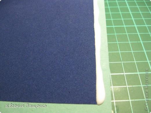 Новый год, конечно, не завтра, но готовиться к нему я уже начала =) Сделала открытку и подумала, что кому-нибудь может пригодиться моя идея. Выкладываю на ваш суд свой мастер-класс.  Итак, нам понадобится: 1 лист голубой бумаги для пастели, 1 лист синей бархатной бумаги, клей ПВА, клей Момент, белая краска или штрих, поролон (я взяла в коробке из-под обуви), 3 пакетика с впитывающими влагу шариками (взяла там же), но можно заменить на бисер, фломастеры, ластик и хорошее настроение =) фото 22