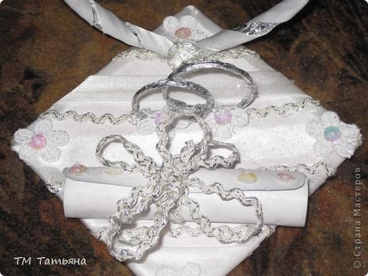 Мою  семью  пригласили  на  свадьбу ! Долго  думали  что  подарить  , и  решили  что  лучший  подарок - это  деньги ! Но  я  решила  сделать  вот  такую  открытку  в  виде  свитка. фото 3