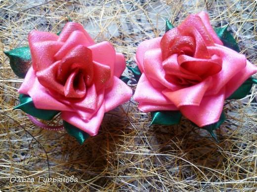 Вот  они  снова розочки. Сделала  ободок и две резиночки. Розочки покрыла из аэрозоля золотыми блёстками.В средину  розы  вставила лепестки из более тёмных по тону  лент.Получились красивее,чем предыдущие розы.  фото 5