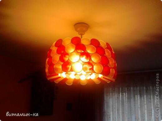 Заехали на съемную квартиру, а там на потолке только голые лампочки болтаются, вот, решила обойтись бюджетным вариантом. Это в спальне. фото 4