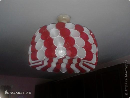 Заехали на съемную квартиру, а там на потолке только голые лампочки болтаются, вот, решила обойтись бюджетным вариантом. Это в спальне. фото 3