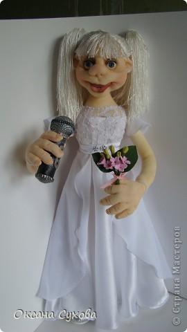 На день рождения для блондинки Насти заказали такую куколку с микрофоном. Настя занимается вокалом, поэтому в руках у неё микрофон. Платье на кукле практически  такое же как у самой Насти (за исключением одной незначительной  детали) фото 1