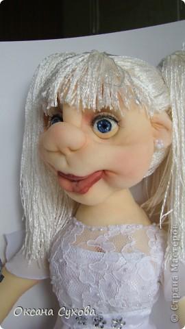 На день рождения для блондинки Насти заказали такую куколку с микрофоном. Настя занимается вокалом, поэтому в руках у неё микрофон. Платье на кукле практически  такое же как у самой Насти (за исключением одной незначительной  детали) фото 2