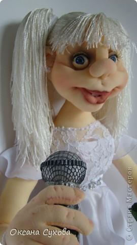На день рождения для блондинки Насти заказали такую куколку с микрофоном. Настя занимается вокалом, поэтому в руках у неё микрофон. Платье на кукле практически  такое же как у самой Насти (за исключением одной незначительной  детали) фото 3