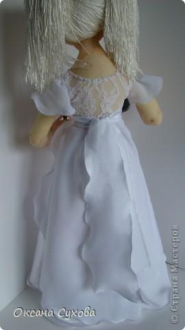 На день рождения для блондинки Насти заказали такую куколку с микрофоном. Настя занимается вокалом, поэтому в руках у неё микрофон. Платье на кукле практически  такое же как у самой Насти (за исключением одной незначительной  детали) фото 6
