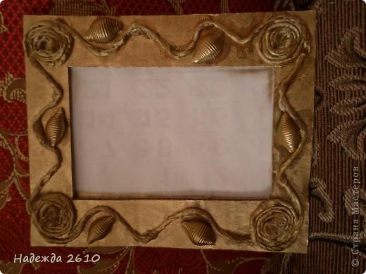Вот такую рамку для фото я сотворила за 20 минут. Из ящика вырезала рамку и украсила ее шпагатом и макаронами, покрыла аэрозольной краской золотого цвета, почему-то на фото цвет не такой получился :( фото 1