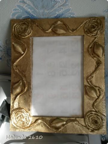 Вот такую рамку для фото я сотворила за 20 минут. Из ящика вырезала рамку и украсила ее шпагатом и макаронами, покрыла аэрозольной краской золотого цвета, почему-то на фото цвет не такой получился :( фото 2