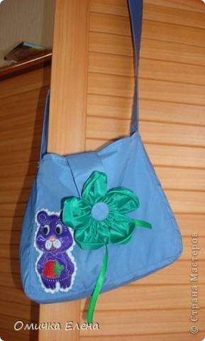 Есть у дочки оранжевый плащик,вот к нему я и сшила такую сумку.Очень удобно носить сменную одежду в садик.Размер 20*20 фото 5