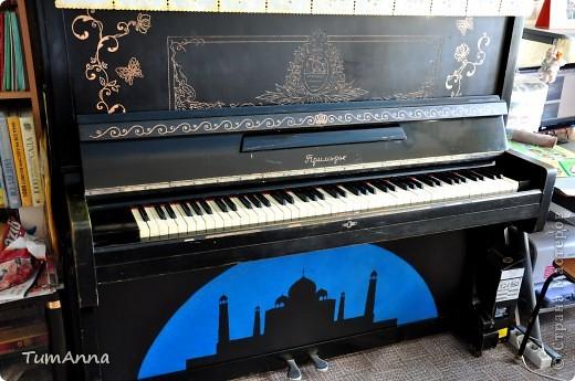 """До 2006 года это было обыкновенное старое черное пианино """"Приморье"""", которое хотели отдать в другие руки.....  (новенькое пианино, только с завода, подарили моей маме почти 50 лет назад)..... Я так прикипела к нему душой и не хотела его отдавать. Взяла то, что было под рукой и ...... вроде не испортила :) Теперь на него никто не покушается :) фото 2"""