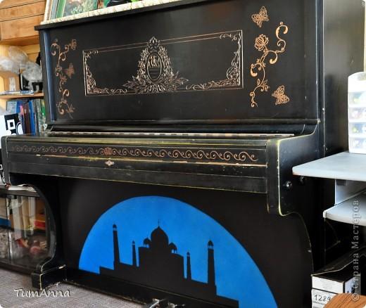 """До 2006 года это было обыкновенное старое черное пианино """"Приморье"""", которое хотели отдать в другие руки.....  (новенькое пианино, только с завода, подарили моей маме почти 50 лет назад)..... Я так прикипела к нему душой и не хотела его отдавать. Взяла то, что было под рукой и ...... вроде не испортила :) Теперь на него никто не покушается :) фото 7"""