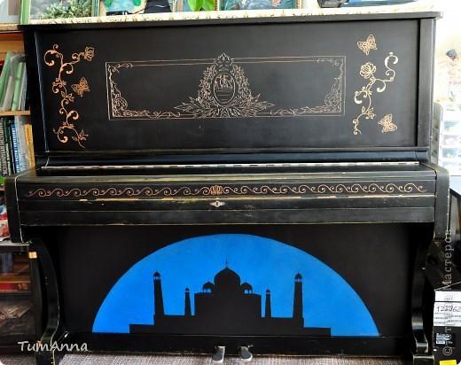 """До 2006 года это было обыкновенное старое черное пианино """"Приморье"""", которое хотели отдать в другие руки.....  (новенькое пианино, только с завода, подарили моей маме почти 50 лет назад)..... Я так прикипела к нему душой и не хотела его отдавать. Взяла то, что было под рукой и ...... вроде не испортила :) Теперь на него никто не покушается :) фото 1"""