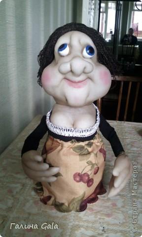Это моя первая кукла. Зовут ее Зинка Косая. Первая вещь,которую я сшила своими руками,я как то не любитель шитья. Но насмотревшись здесь на очаровательных кукол,решила попробовать сотворить что то подобное. За основу взяла вот этот мастер-класс http://stranamasterov.ru/node/31830?c=favorite  Естественно в процессе шитья возникло много вопросов. фото 1