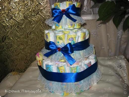 """У подружки родился сынуля, хотелось как-то оригинально порадовать, а памперсы всегда пригодятся. Тем более такой тортик можно """"начинить"""" чем угодно: погремушки, присыпки, различные кремчики для деток..."""