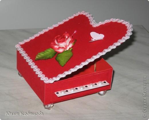 Эту шкатулочку я сделала для учителя игры на фортепиано моей дочки. Сначала для нее планировалась другая коробочка, ее я выкладывала ранее http://stranamasterov.ru/node/243672, затем Дашенька решила, что ту шкатулочку она подарит классному руководителю. И вот именно тогда я решила, что для пианиста эта шкатулка будет как нельзя кстати.  фото 1