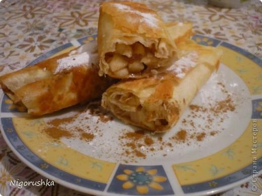 """Сегодня хочу угостить  вас очень быстрым и вкусным десертом. Яблочные рулетики из лаваша от Изюминки (Евгении) с кулинарного форума """"Готовим дома"""". На 1 рулет : полоска лаваша шириной 15 см и длиной в половину лаваша, 1 яблоко , сахар, корица, сливочное масло .   фото 5"""