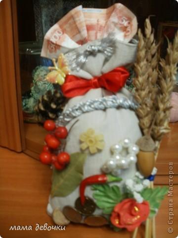 Этот оберег подарю на юбилей свекрови, осталось только купить и приклеить семена тыквы, но это я сделаю завтра....  Элемент оберега имеет свое символическое значение: мешок – изобилия семена тыквы -  символ плодородия, женское начало красный перец - горячая любовь, символ мужского начала монеты - успех в делах хлеб - согласие в доме чеснок - от нечистой силы лавровый лист - слава и успех жёлуди - продление молодости жемчуг - любовь и счастье, процветание и богатство. красная роза - символ любви узелок - оберегает от скандалов в доме шишка -  символ трудолюбия и достижения успеха рябина –  символ женской молодости, красоты мучные изделия – богатство и уют в доме красная лента – символ счастья и полноты жизни коса – символ бесконечности и непрерывности рода Советую всем заглянуть на эту страничку, там есть все что необходимо знать об обереге http://solo-nebo.narod.ru/kniga_16.html фото 1