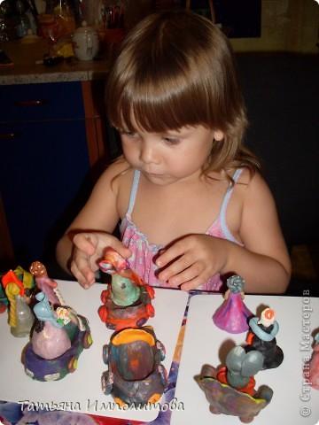 Строго не судите,скульптор из меня плохой,но дети с удовольствием играют моими лепилками. Софие захотелось устроить бал и появились эти барышни  фото 3
