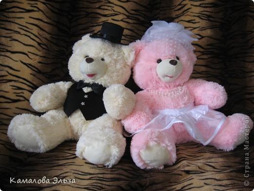 Представляю новую коллекцию всевозможных свадебных штучек. Ее открывает медвежья пара на свадебную машину. Мишки  - из магазина, оставалось только принарядить: цилиндр, бабочка, жилет  - для Него; шляпа с вуалеткой, юбочка и бусы - для Нее. фото 1